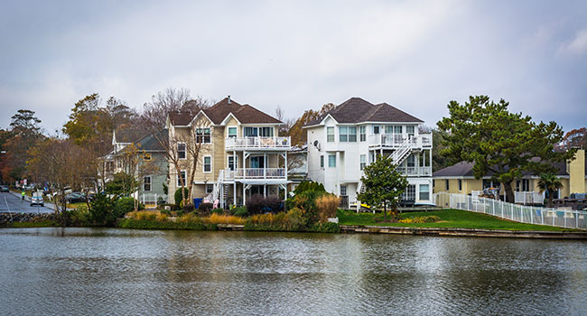 Homes on the shore of Lake Holly